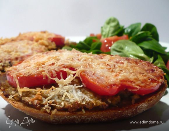 Горячие бутерброды с баклажаново-кунжутной икрой и томатами