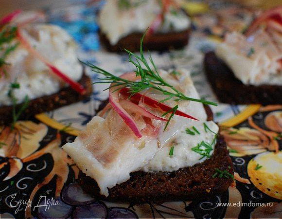 Бутерброд с белой рыбой и соусом из йогурта и каперсов