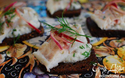 Рецепт Бутерброд с белой рыбой и соусом из йогурта и каперсов