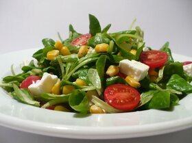 Полевой салат с фетой, кукурузой и помидорками черри