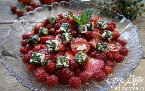 Рецепт Летний ягодный салат с черри и брынзой