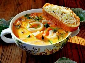 Сливочный суп с морепродуктами, томатами и пармезановыми гренками