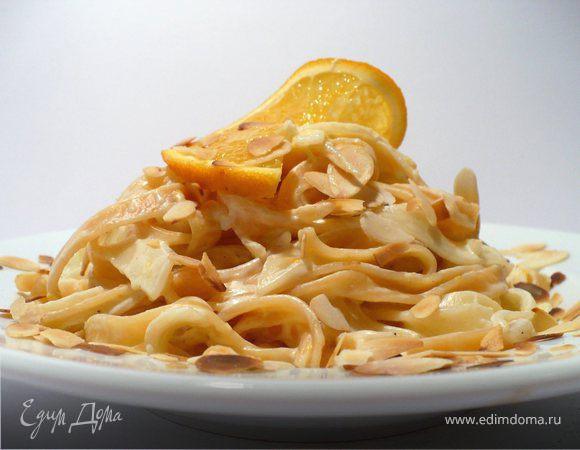 Тальерини с апельсиновым соусом и миндальными лепестками