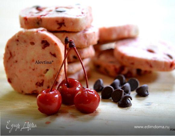 Печенье с шоколадными каплями и вишней мараскино