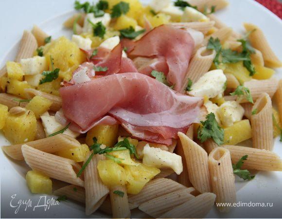 Экзотический салат из пасты с ананасом, моцареллой и ветчиной