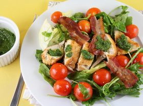 Салат с куриной грудкой и заправкой из ароматных трав
