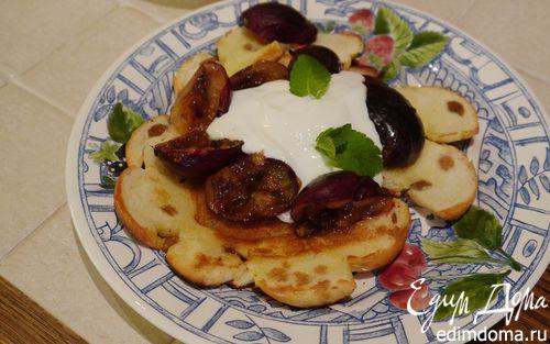 Рецепт Карамелизированные сливы с йогуртом на бриоши