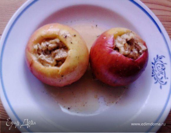 Печеные яблоки с орехами и медом