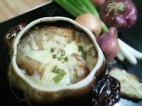 Луковый суп с хлебной корочкой