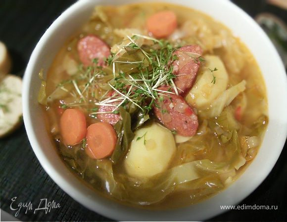 Суп с копчёными колбасками и зелёной капустой
