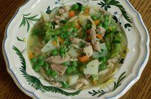 Уютный куриный суп с овощами и спагетти