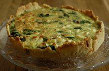 Пирог со шпинатом, изюмом и соусом песто
