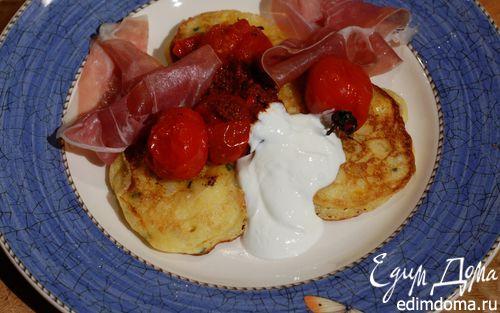Рецепт Кукурузные оладушки с запеченными помидорами и ветчиной