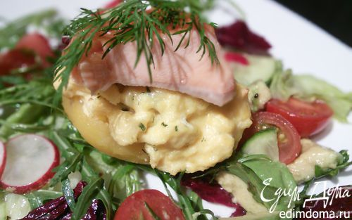 Рецепт Запеченный картофель с яичницей-болтуньей и копченым лососем