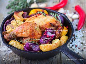Запеченный цыпленок с красным луком, яблоками и лимоном