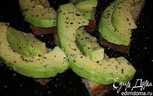 Рецепт Авокадо с черным хлебом, солью и свежемолотым перцем