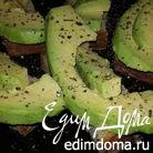Авокадо с черным хлебом, солью и свежемолотым перцем