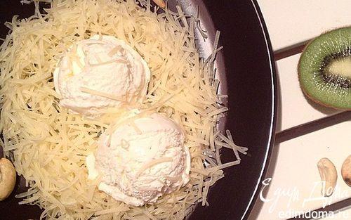 "Рецепт ""Гнездо"" из пармезана с пломбиром и орешками"