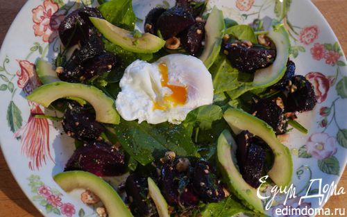 Рецепт Салат со свеклой, авокадо и яйцом пашот