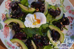 Салат со свеклой, авокадо и яйцом пашот