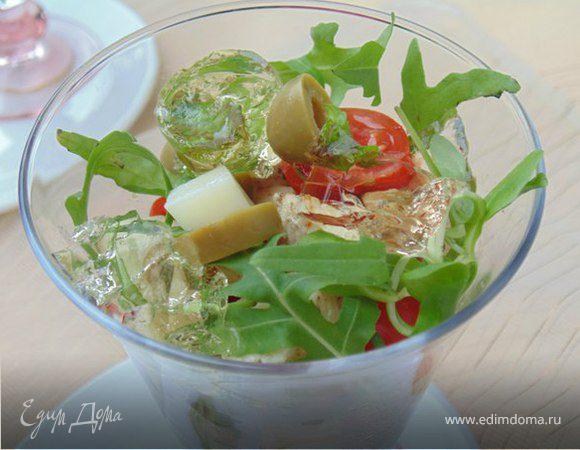 Салат-коктейль с курицей, сыром и кусочками винного желе