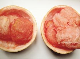Сорбе из розового грейпфрута в грейпфрутовых чашечках