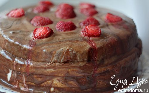 """Рецепт Высокий бисквитный торт с клубникой и """"мраморной"""" глазурью"""