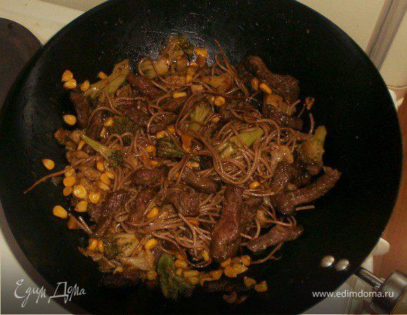 Говядина стир-фрай с соба и овощами