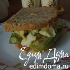 Бутерброд с яичницей-болтуньей и авокадо