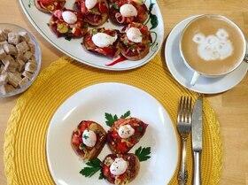 Брускетты с бастурмой и яйцом пашот из перепелиного яйца.