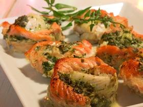 """""""Розочки"""" из красной и белой рыбы со шпинатом"""