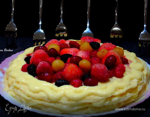 Блинный торт с заварным кремом и ягодами