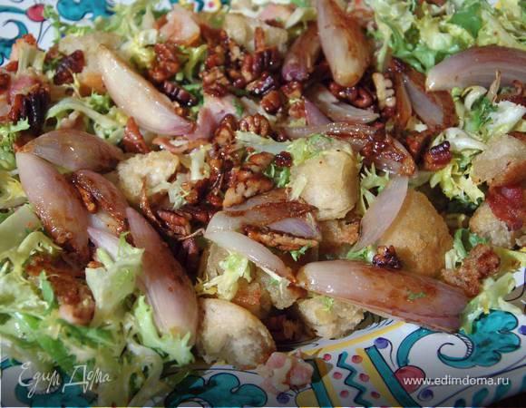 Лионский салат с карамелизированным луком и орехами