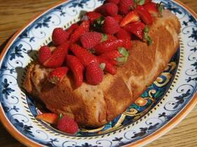 Малиновый кекс с ягодным соусом