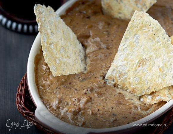 Горячий сырный соус с цесаркой и домашними чипсами