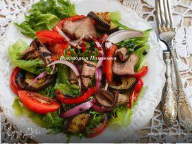 Теплый салат с говядиной и запеченными овощами