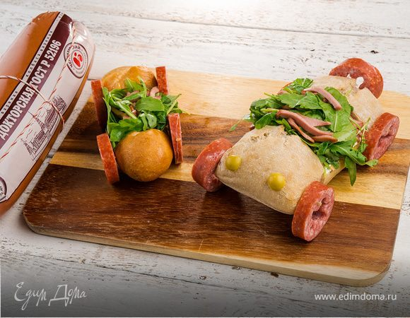 Горячий бутерброд с колбасой и сметанным соусом