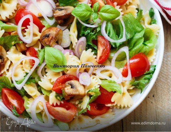 Теплый салат с пастой, грибами и овощами