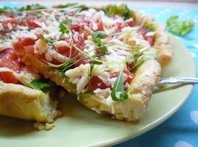 Тарт с листьями молодого салата, помидорами и овечьей брынзой