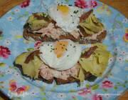 Брускетты с тунцом, анчоусами и яйцами пашот