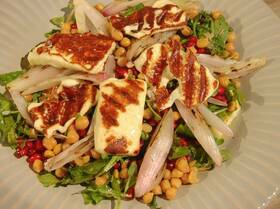 Салат с цукини, нутом и халуми на гриле
