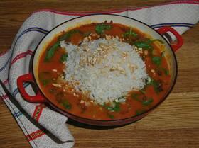 Мясо, тушенное в карри-соусе, со шпинатом и рисом