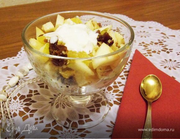 Фруктовый салат с орехами и финиками