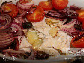 Запеченная дорада с картофелем и салатом из помидоров и оливок