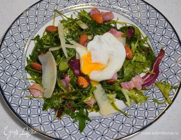 Яйца пашот с салатом и грудинкой