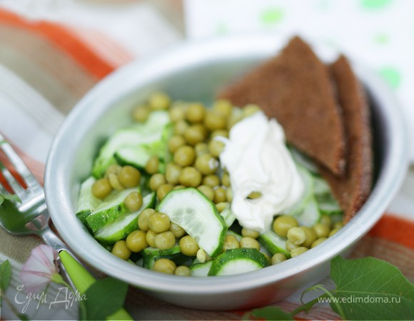 Салат из огурцов и горошка