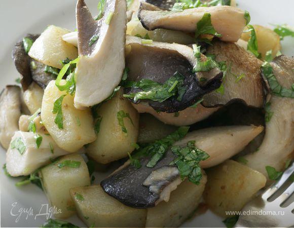 Молодой картофель с грибами и сметаной