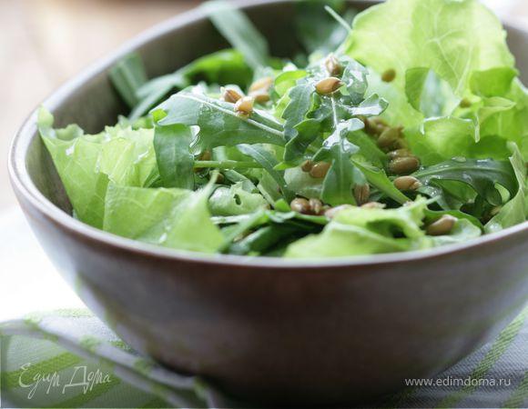Летний салат с зеленью и проросшей пшеницей