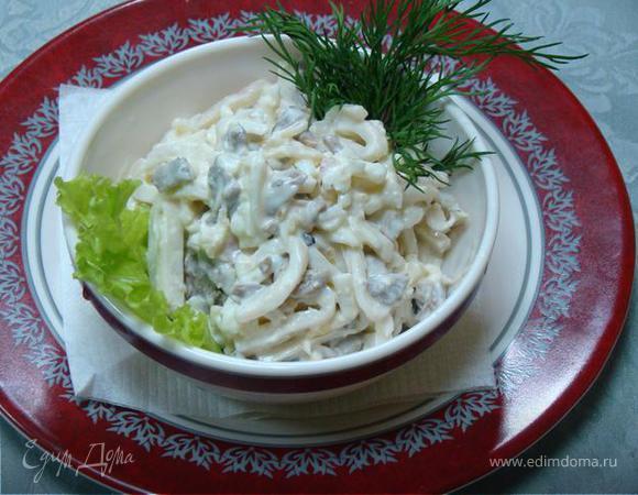 салат из кальмаров.
