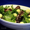 Теплый салат из кровяной колбасы с перепелиными яй